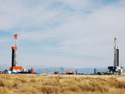 Drilling rigs in the Green River Basin. Emilene Ostlind photo.