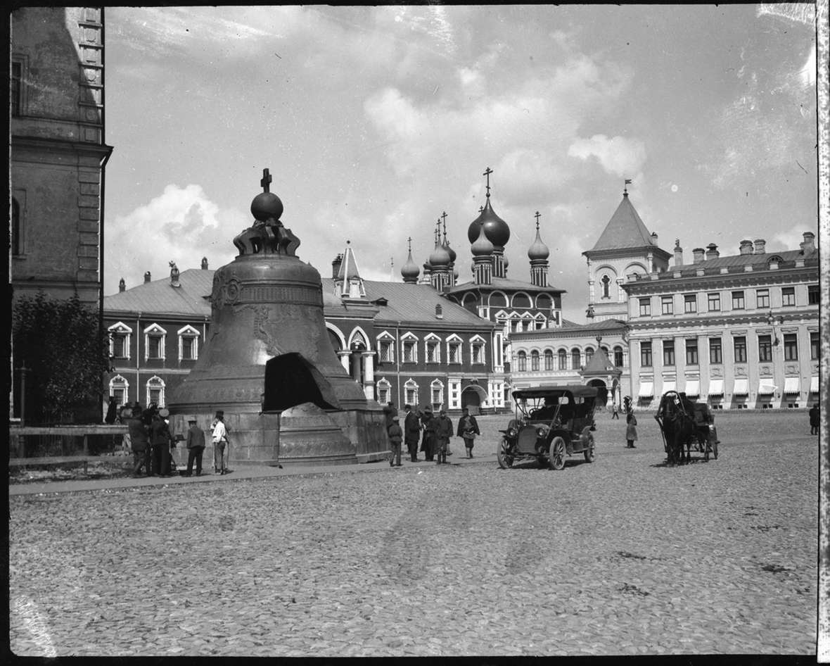 Belden and friends from MIT toured Europe and Russia in a Packard car in 1909. He photographed it at the Kremlin in Moscow, next to the 222-ton Tsar Bell, cast in 1735, cracked in a fire and never rung. American Heritage Center.