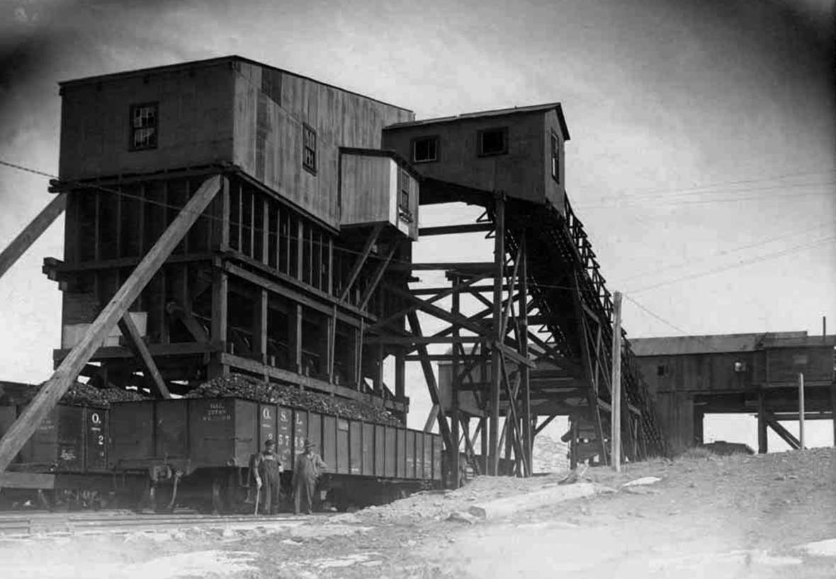 The first Reliance tipple, shown here in 1913, was built from wood around 1910 and by 1912 was loading coal from the mines. Union Pacific Coal Company photo, Sweetwater County Historical Museum.